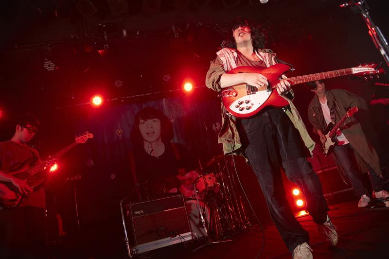 ギターを弾く峯田和伸